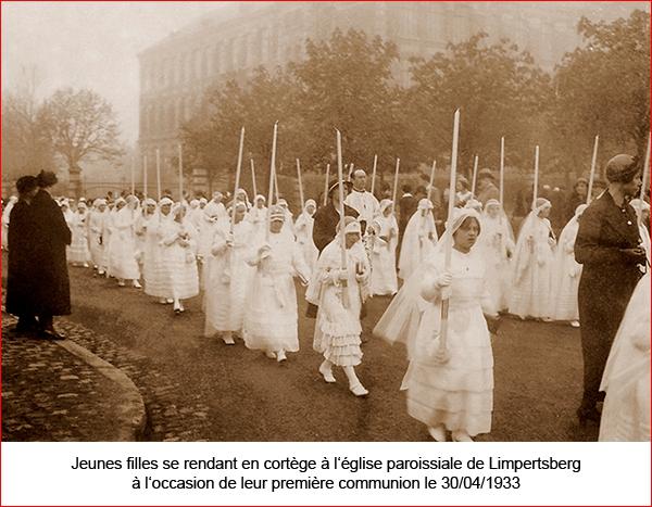 Jeunes filles se rendant à l'eglise - 1re communion - le 30.04.1933